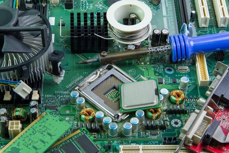 Datormoderkort- och utrustningreparation royaltyfria bilder