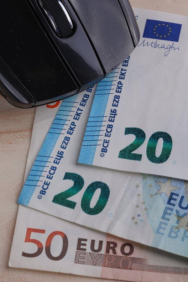 Datormus- och eurosedlar royaltyfria foton