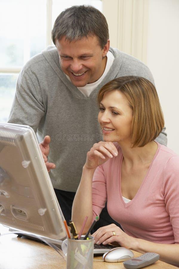 datorpar som ser skärmen arkivbilder