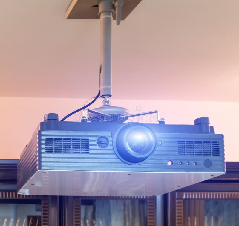 Datorprojektor med den blåa ljusa signalljuset som anging i konferenskorridor arkivbilder