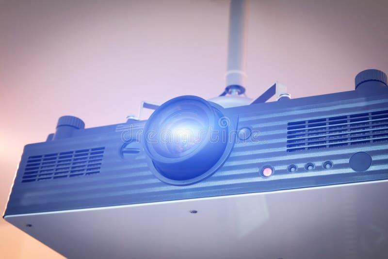 Datorprojektor med den blåa ljusa signalljuset som anging i konferenskorridor arkivfoton