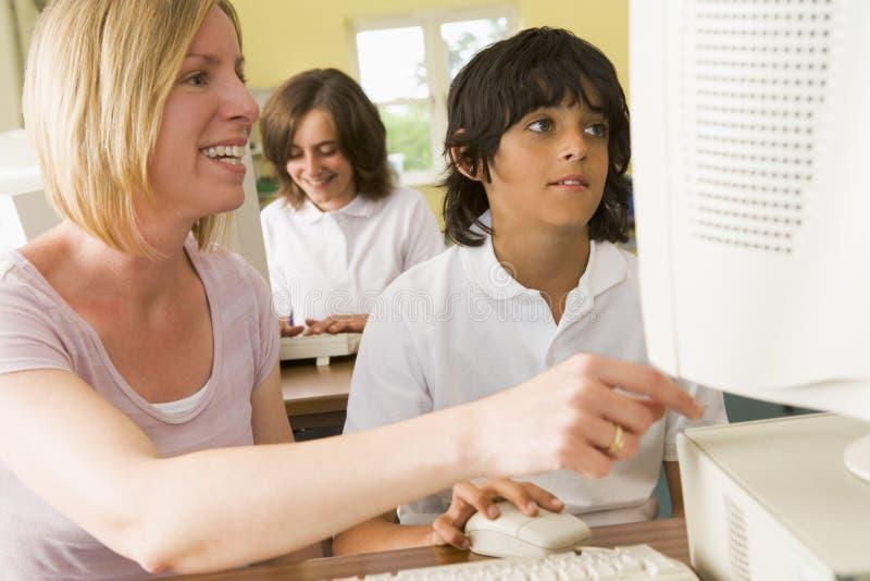 datorschoolboy som studerar lärare royaltyfri foto