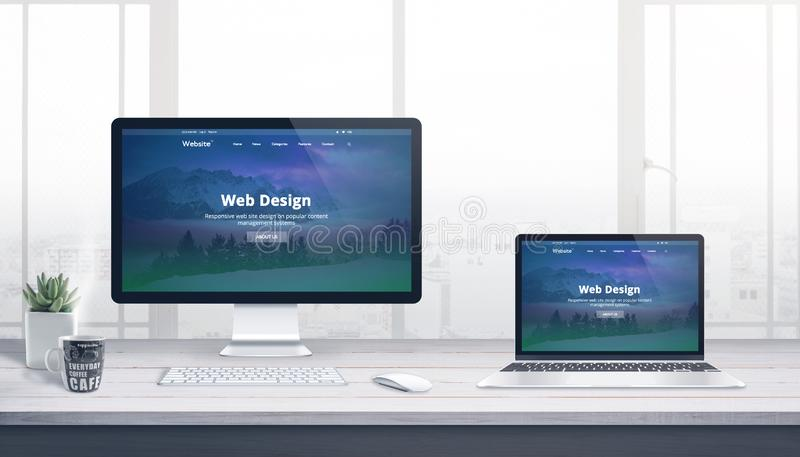 Datorskärm och bärbar dator på skrivbordet för arbete för rengöringsdukutvecklingsstudio royaltyfri illustrationer