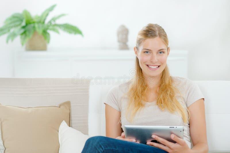 datortablet genom att använda kvinnan royaltyfria foton