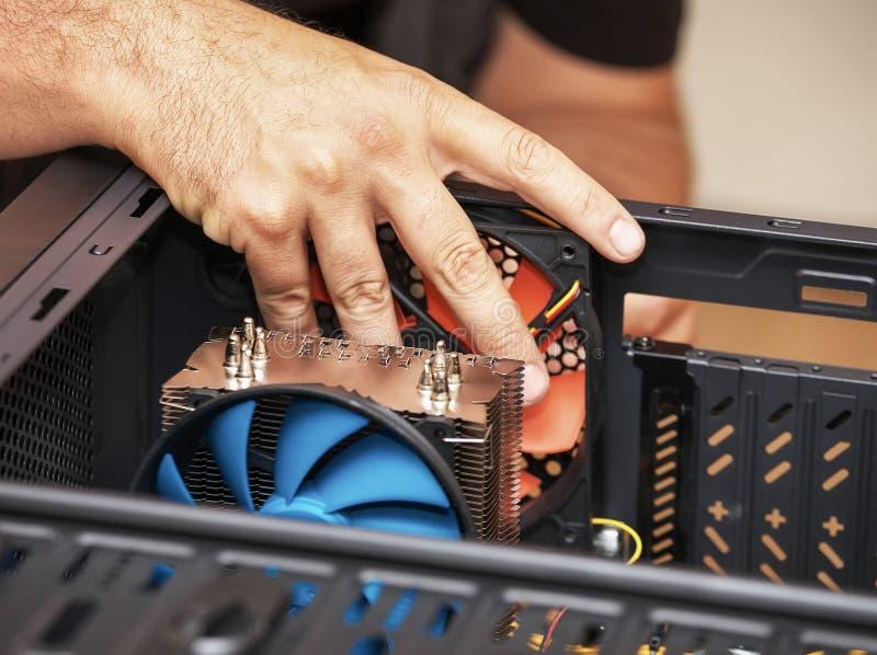 Datorteknikeren installerar systemet av datoren arkivbilder