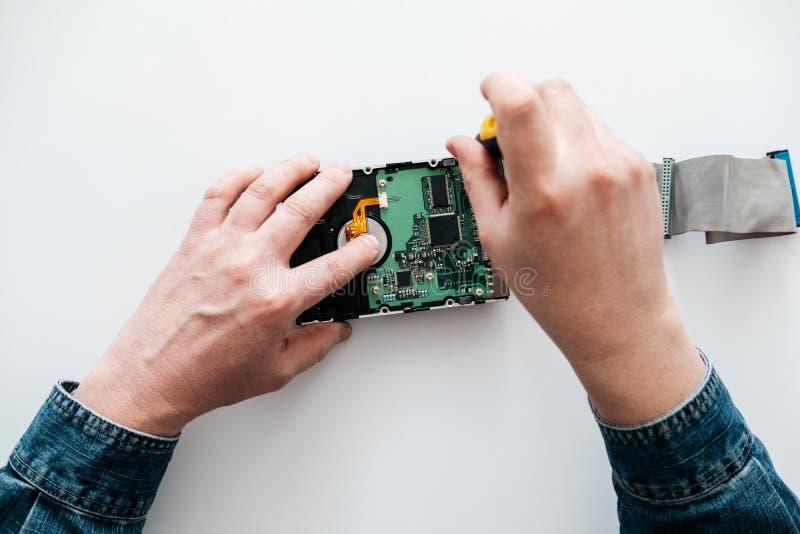 Datorteknikern utför akut reparationsåterställning av borttappade data under raderingen HDD royaltyfri foto