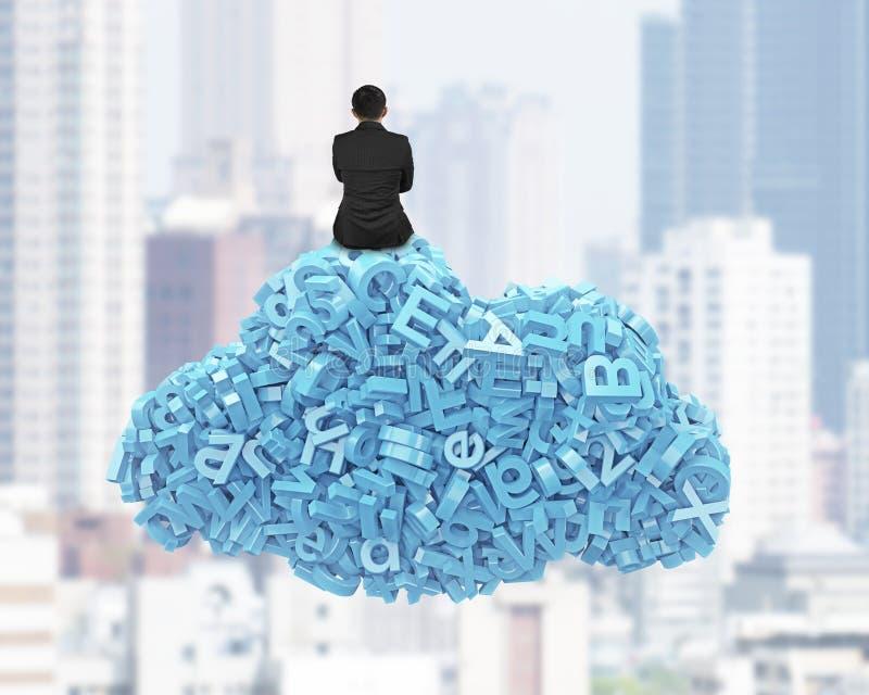 Datos grandes Caracteres azules en forma de la nube con la sentada del hombre de negocios foto de archivo libre de regalías