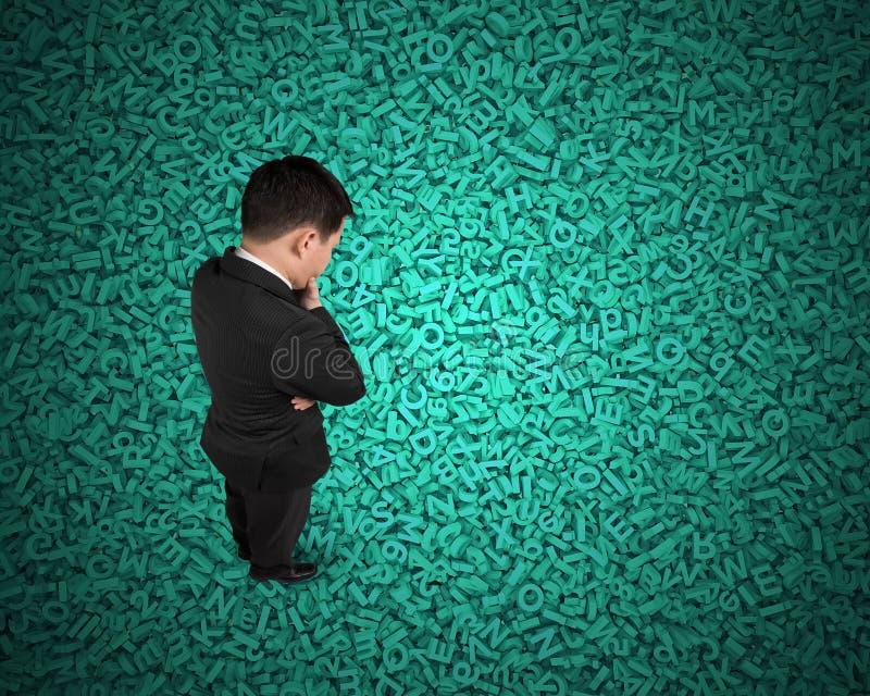 Datos grandes, situación de pensamiento del hombre de negocios en enorme cantidad del fondo de los caracteres foto de archivo libre de regalías