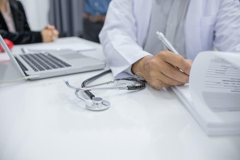 Datos pacientes de registro de los doctores fotografía de archivo libre de regalías