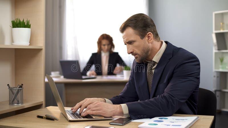 Datos que mecanografían sobre el ordenador portátil, proyecto de acabado del administrador de oficinas, satisfecho con resultados fotografía de archivo