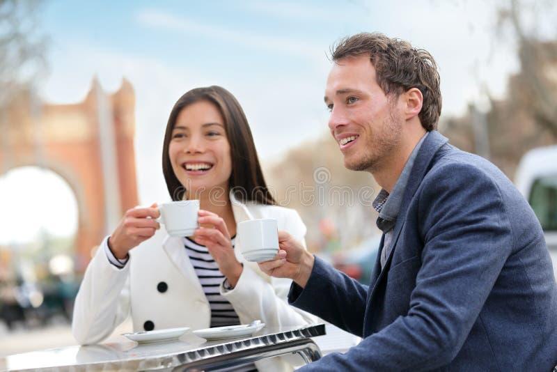 Datować pary pije kawę przy kawiarnią, Barcelona fotografia royalty free