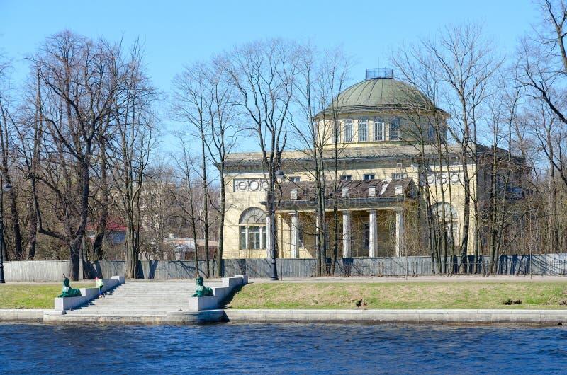 Datscha von Prinzen von Oldenburg auf Kamenny-Insel, Damm von Malaya Nevka River, St Petersburg, Russland stockfotografie