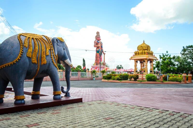 Dattatreya-Tempel und 85 ft Hanuman Murti lizenzfreie stockfotos