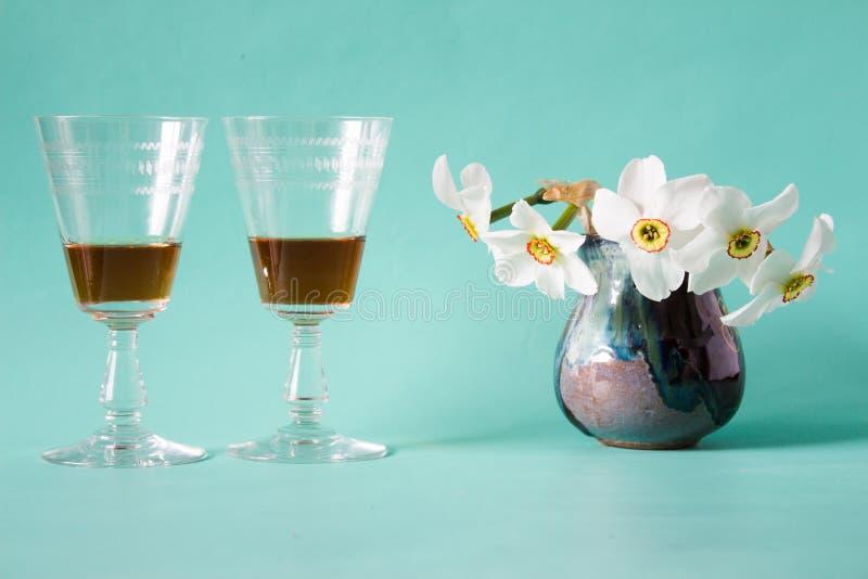 Datte romantique Cognac ou eau-de-vie fine Jonquilles blanches dans le vase à vintage images stock