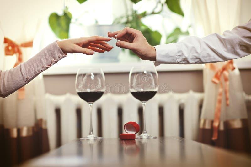 Datte romantique Jeunes ajouter au vin ayant la date romantique dans le ch images libres de droits