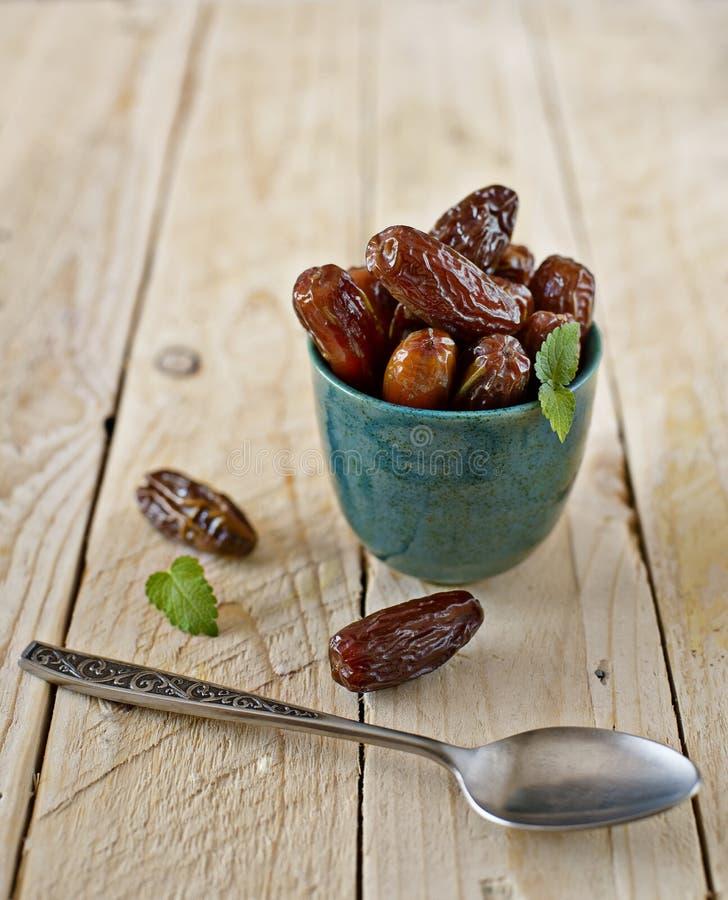 Datteri secchi in una ciotola rustica Frutta dolce araba tipica immagine stock
