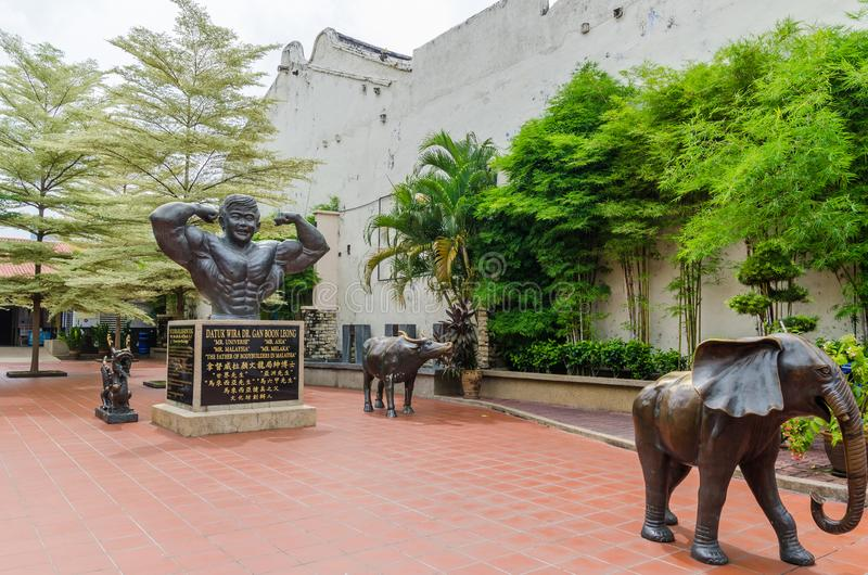 Datuk Wira博士雕象  淦恩赐Leong,叫作'位于马来西亚'马六甲老镇的爱好健美者的父亲 库存图片