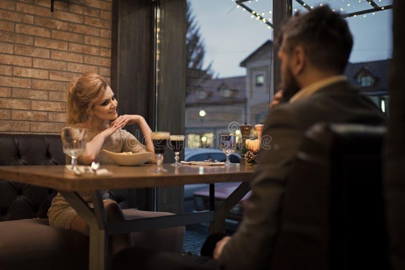 Datum av familjpar i romantisk förbindelse, förälskelse Par som är förälskade på restaurangen Förslag och årsdag Affär arkivfoto