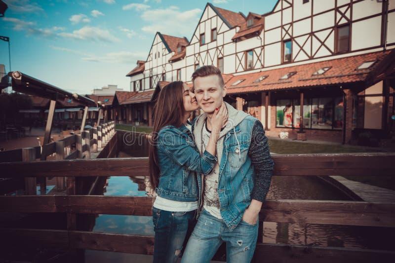 Datum av två vänner Tonåringar går runt om staden tid för parförälskelseutgifter tillsammans arkivfoton
