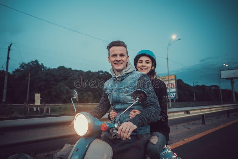 Datum av två vänner Tonåringar rider som vara nedstämd runt om staden Ett älska par spenderar en semester tillsammans Euro-tur royaltyfri bild