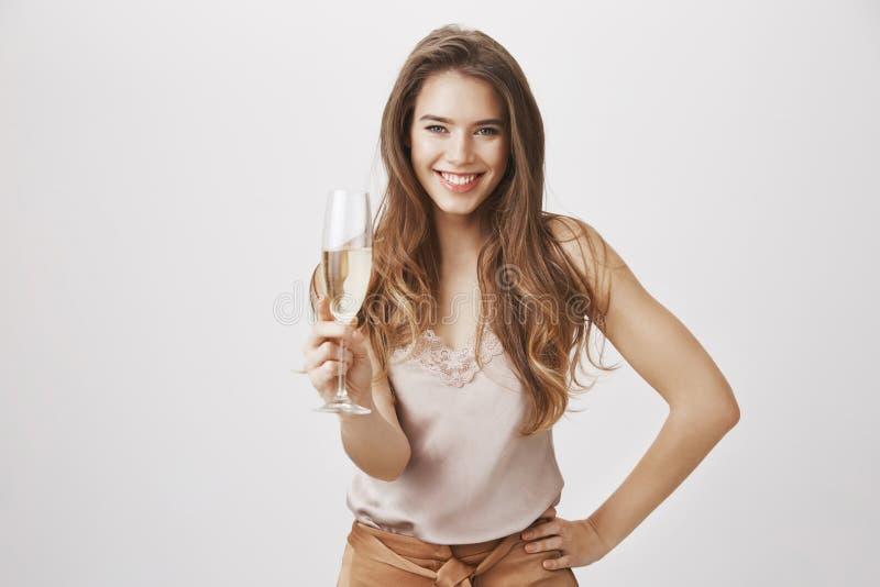 Datum u om me al uw geheimen te vertellen Portret van schitterend Kaukasisch wijfje met glas van de hand van de champagneholding  stock afbeeldingen
