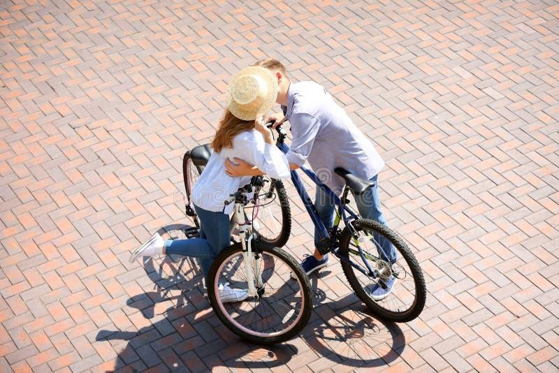 Datum van jong paar met fietsen in openlucht royalty-vrije stock fotografie