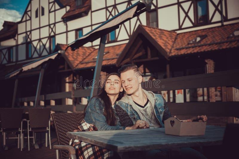 Datum van twee minnaars De tieners lopen rond de stad Paar in liefde het besteden tijd samen stock fotografie