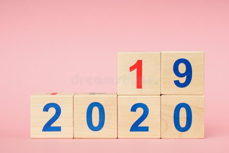 Datum vanaf 2019 tot 2020 op Houten Kubuskalender Nieuw jaars concept stock afbeeldingen