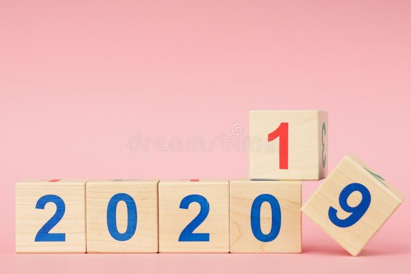 Datum vanaf 2019 tot 2020 op Houten Kubuskalender Nieuw jaars concept royalty-vrije stock fotografie