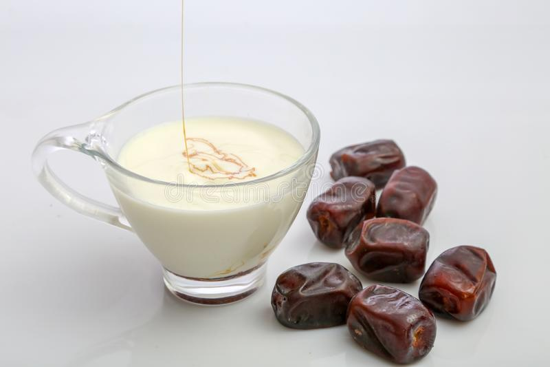 Datumet mjölkar med frukter royaltyfria foton