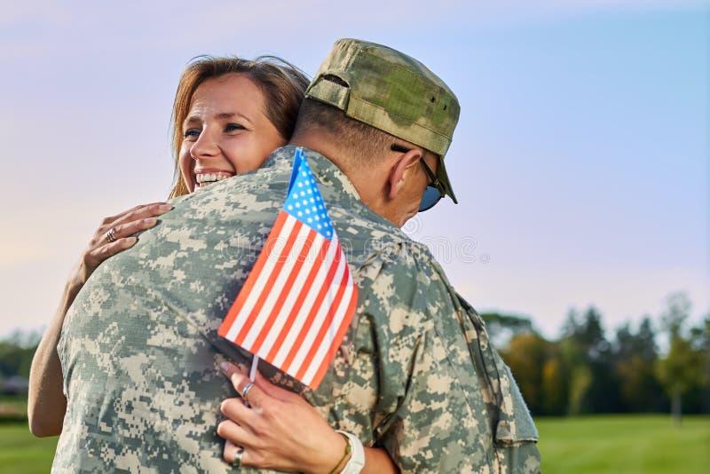 Datummärkning av den lyckliga kvinnan och hennes make oss armésoldat royaltyfria foton