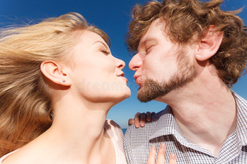 datummärkning kyssande förälskelse för par royaltyfri foto