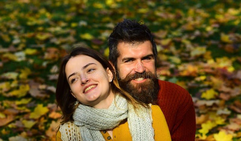 Datummärkning- och höstförälskelsebegrepp Flicka och skäggig grabb royaltyfri fotografi
