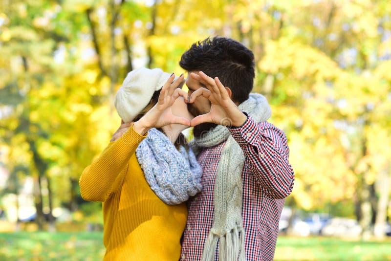 Datummärkning- och höstförälskelsebegrepp Par som är förälskade med scarves royaltyfria bilder