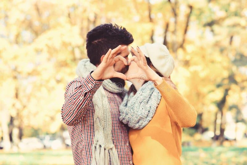 Datummärkning- och höstförälskelsebegrepp Par som är förälskade med scarves royaltyfria foton