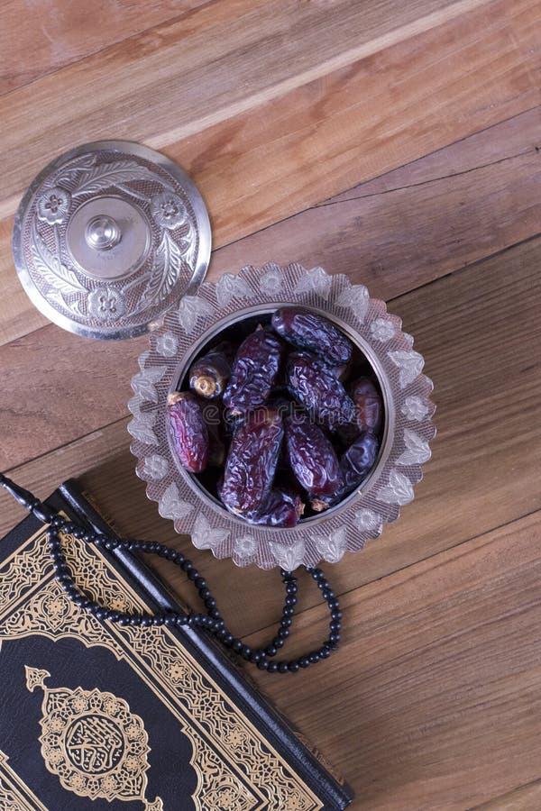 Daty z koralikami i koran na drewnianego tła odgórnym widoku - Ramadan kareem, Eid al fitr pojęcie/ zdjęcia stock