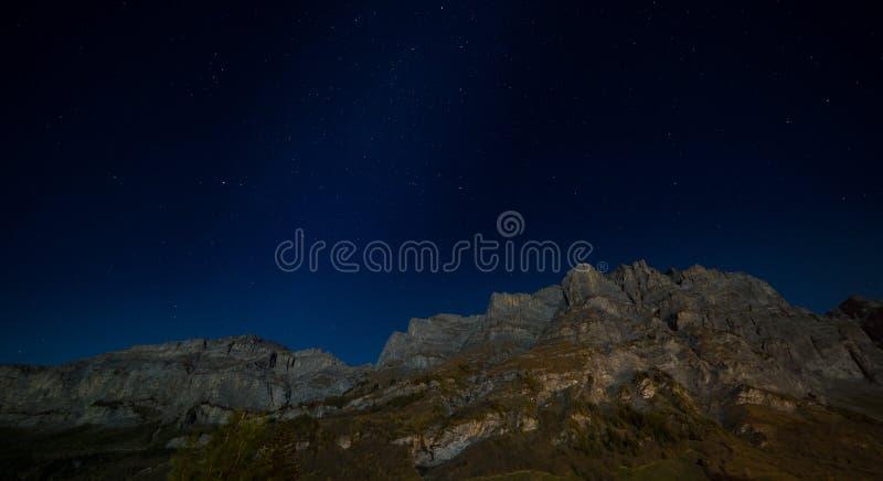 Daubenhorn-Berg bis zum Nacht stockbild