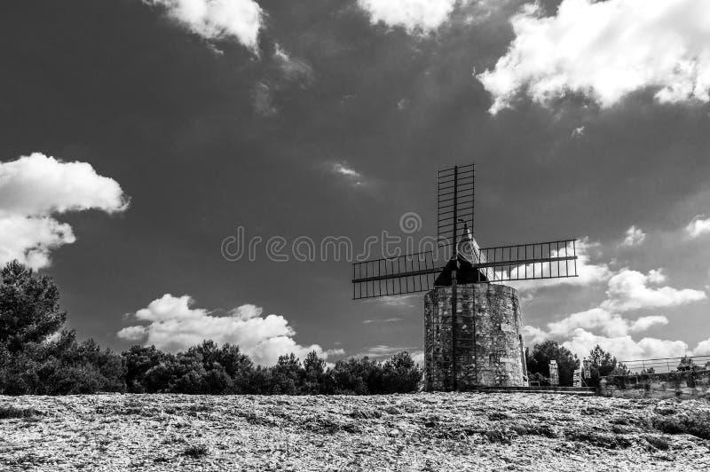 Download Daudet的风车- Fontvielle (法国) 库存图片. 图片 包括有 典型, 没人, 布琼布拉 - 62528801