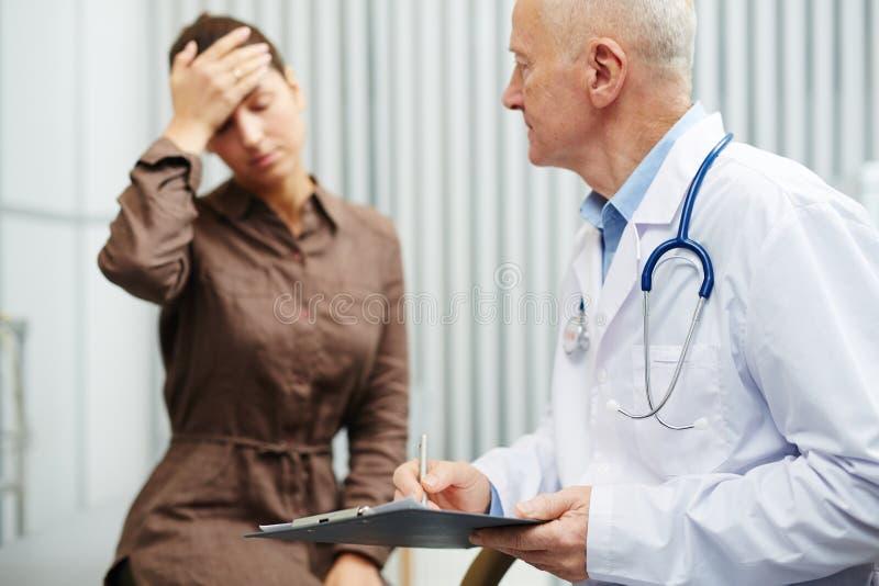 Dauerhafte Kopfschmerzen stockfotos