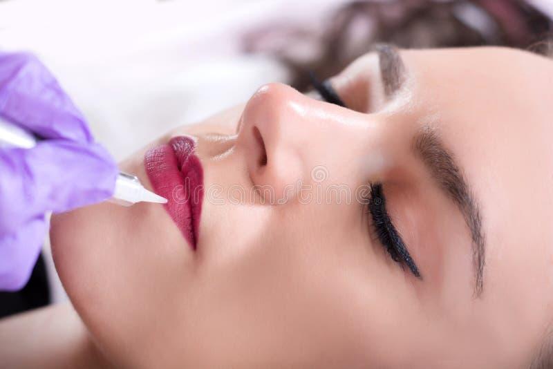 Dauerhaftes machen rote Lippen der Schönheit im Schönheitssalon wieder gut lizenzfreie stockbilder