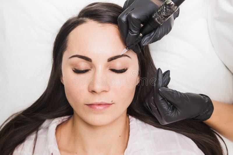 Dauerhaftes Make-up für Augenbrauen der schönen jungen Frau im Schönheitssalon lizenzfreies stockfoto
