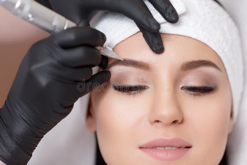 Dauerhaftes Make-up Tätowieren von Augenbrauen stockfotos
