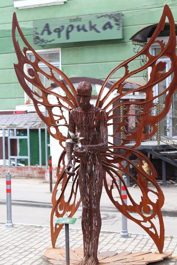 DAUERWELLE, RUSSLAND - 18. JULI 2013: Städtischer Skulptur Schmetterling lizenzfreies stockbild