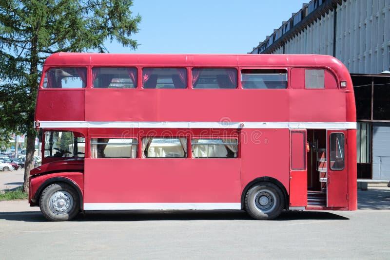 DAUERWELLE, RUSSLAND - 11. JUNI 2013: Alter doppelstöckiger Bus mit Innen stockfoto