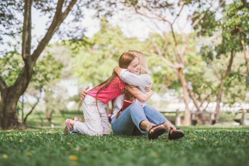 daughter hugging mother στοκ φωτογραφίες