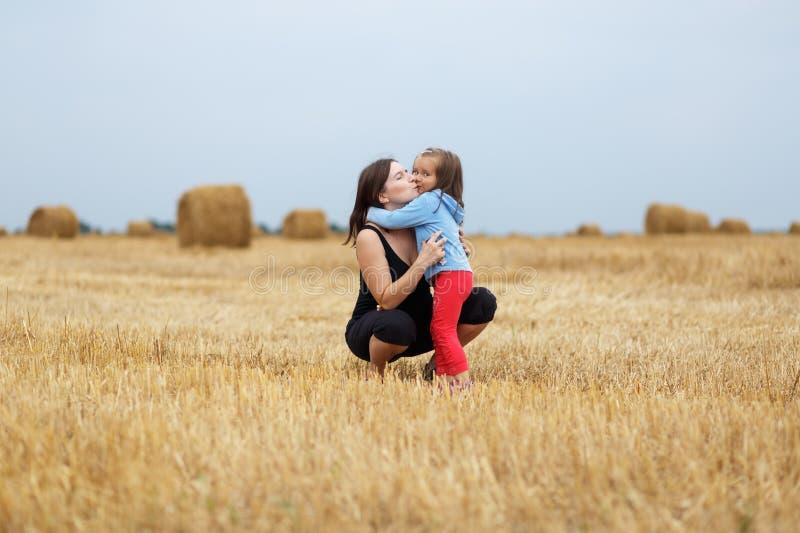 daughter hugging mother στοκ φωτογραφίες με δικαίωμα ελεύθερης χρήσης