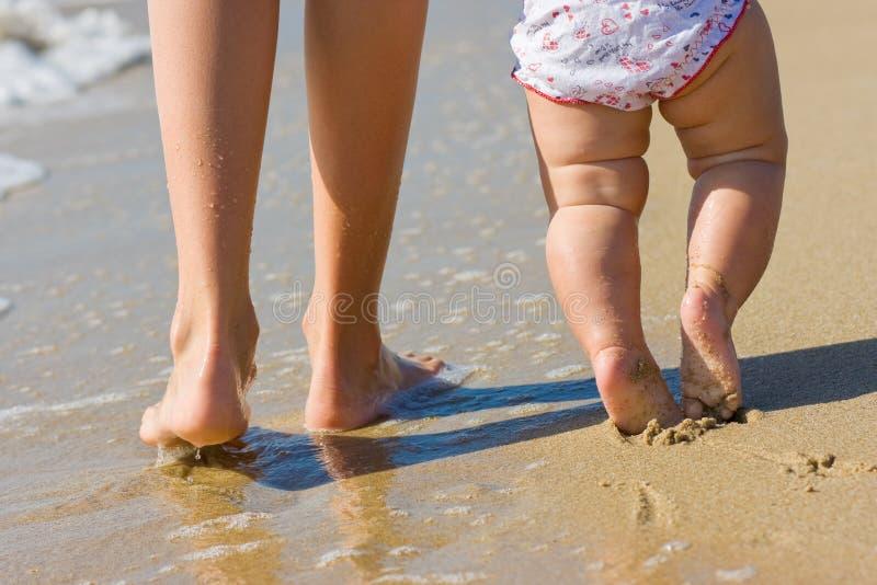 daugther ее женщина воды ног милая гуляя стоковая фотография rf