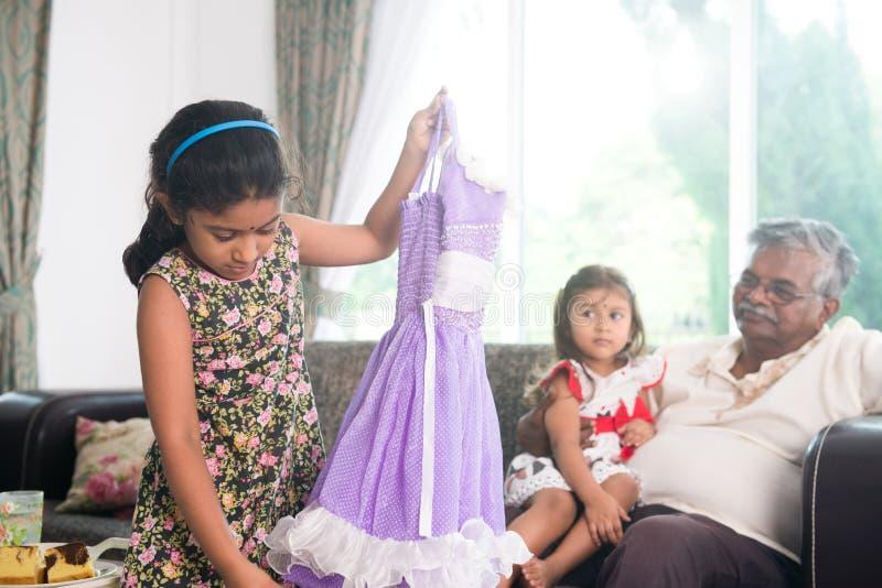 Daugther grande indiano que tenta o vestido do diawli foto de stock royalty free