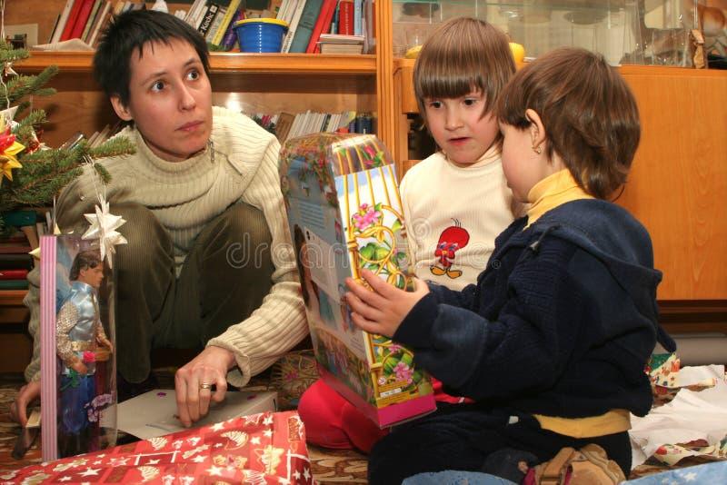 Dauhgters y mam3a - la Navidad imagen de archivo