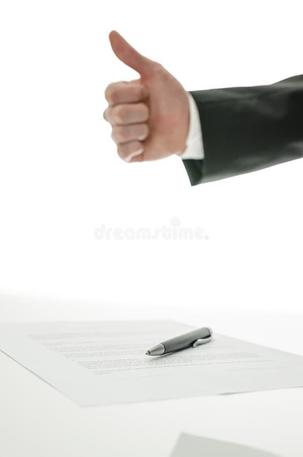 Daumen erkennen einen vorbei unterzeichneten Vertrag an stockfotos